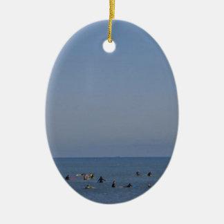 surfers die een golf wachten keramisch ovaal ornament