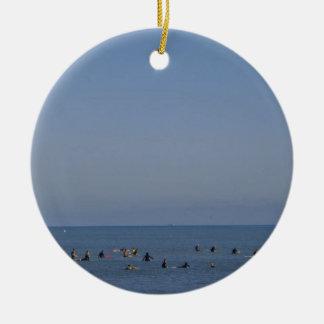 surfers die een golf wachten rond keramisch ornament