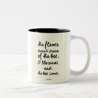 The flower bericht tweekleurige koffiemok