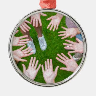 Tien wapens van kinderen in cirkel met palmen van zilverkleurig rond ornament