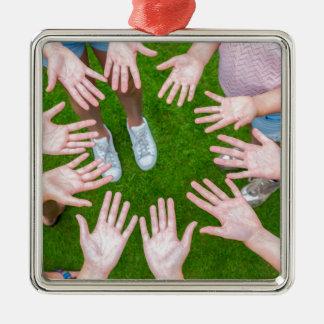 Tien wapens van kinderen in cirkel met palmen van zilverkleurig vierkant ornament