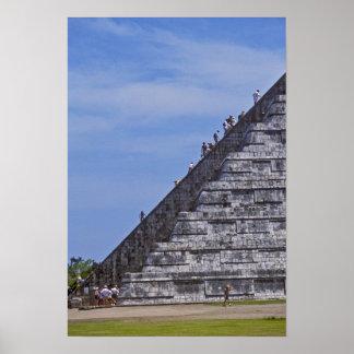 Toeristen die treden op ruïnes van Gr beklimmen Poster