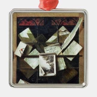 Trompe - l ' oeil met brieven en notitieboekjes, zilverkleurig vierkant ornament