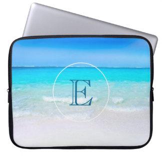 Tropisch Strand met een Turkoois Monogram van het Laptop Sleeve