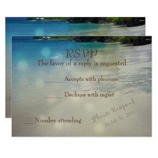 Tropisch Strand RSVP met initialen in het zand 8,9x12,7 Uitnodiging Kaart