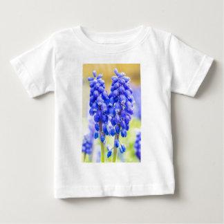 Twee blauwe druivenhyacinten in de lente baby t shirts