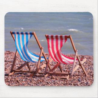 Twee deckchairs op de strandmat muismat