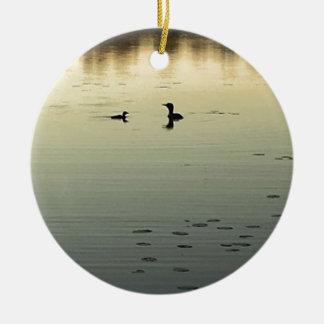 Twee duikers rond keramisch ornament