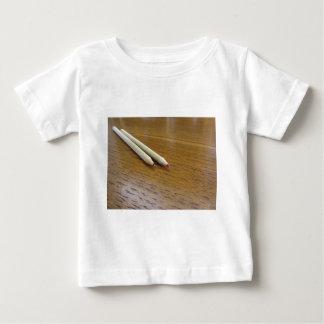 Twee gebruikte kleurpotloden op houten lijst baby t shirts