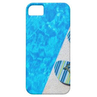 Twee het baden pantoffels op rand van zwembad barely there iPhone 5 hoesje