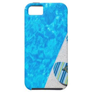 Twee het baden pantoffels op rand van zwembad tough iPhone 5 hoesje