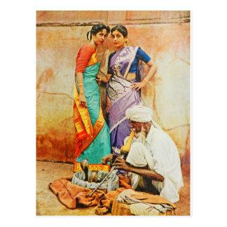twee Hindoese vrouwen met een slangmanager Briefkaart