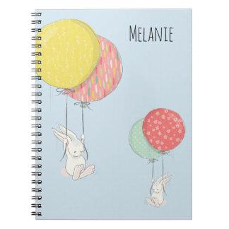 Twee Kleine Konijntjes die met Ballons drijven Notitieboek