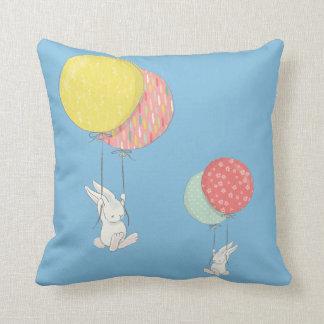 Twee Kleine Konijntjes die met Ballons drijven Sierkussen
