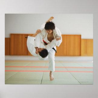Twee Man die in een Judo concurreren past aan Poster