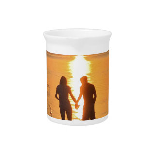 Twee minnaars bij zonsopgang drink pitcher