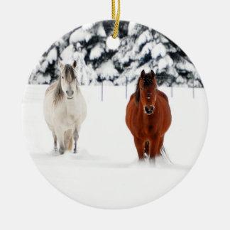 Twee Paarden in Sneeuw, het Ornament van Kerstmis