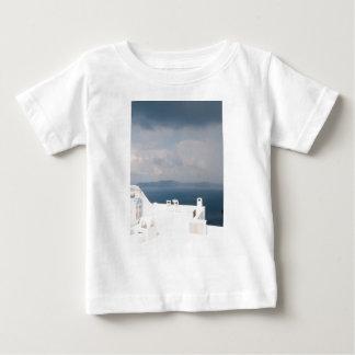 Twee stoelen op eiland Santorini Baby T Shirts