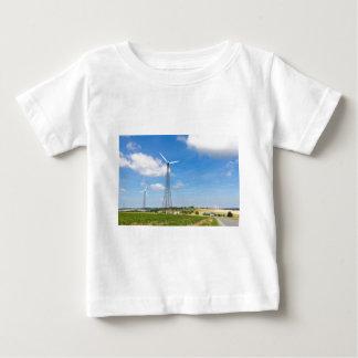 Twee windmolens op plattelandsgebied met blauwe baby t shirts