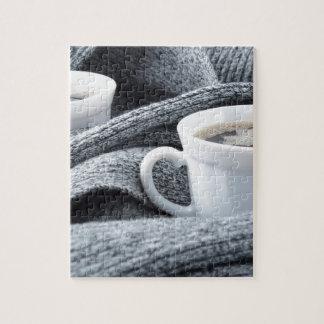 Twee witte die koppen van koffie in sjaal worden puzzel
