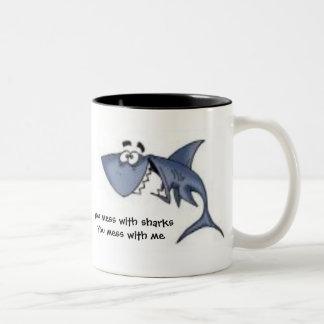 U knoeit met sharksYou knoeit met me,… Tweekleurige Koffiemok