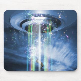 UFO die boven Aarde hangen terwijl het ontvoeren Muismat