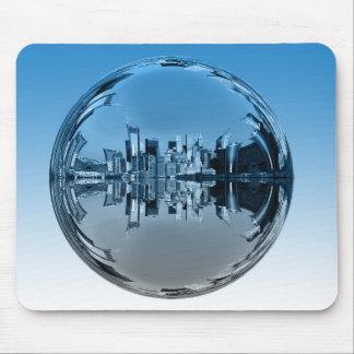 Utopian wolkenkrabberstad, die bal weerspiegelen, muismat