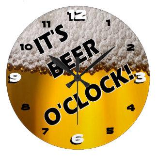 Uur van het bier ergens grote klok
