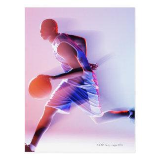 Vaag uitzicht van basketbalspeler het druppelen briefkaart