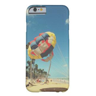 Veelkleurige Parasail op het Zand van het Strand Barely There iPhone 6 Hoesje