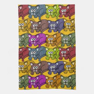Vele cartoonkatten en kleuren op een handdoek