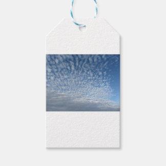 Vele zachte wolken tegen blauwe hemelachtergrond cadeaulabel