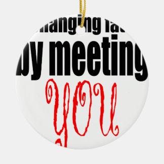veranderende het lotsvergadering u het flirten rond keramisch ornament