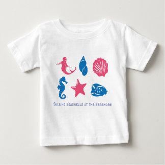 Verkopende zeeschelpen bij de kust - uniek ontwerp baby t shirts