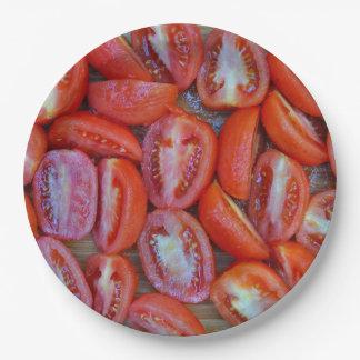 Vers gesneden tomaten papieren bordjes