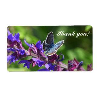 Verschepende etiketten met bloemen en vlinder verzendlabel