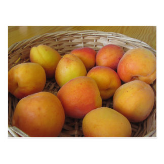 Verse abrikozen in een rieten mand briefkaart
