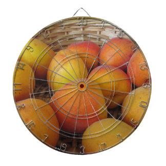 Verse abrikozen in een rieten mand dartbord
