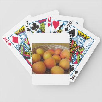 Verse abrikozen in een rieten mand poker kaarten