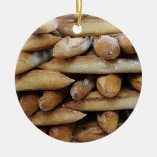 Verse baguettes bij een markt rond keramisch ornament