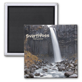 Vierkante waterval Svartifoss in de tekstmagneet Magneet