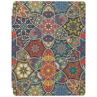Vintage lapwerk met bloemenmandalaelementen iPad cover