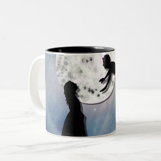 vlieg me aan het maandocument besnoeiingsheelal tweekleurige koffiemok