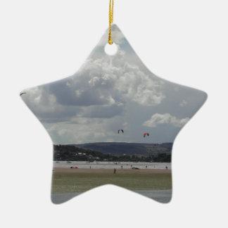 Vlieger Surfers. Schilderachtig mening Keramisch Ster Ornament