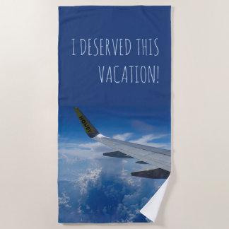 Vliegtuig boven de (klantgerichte) Wolken Strandlaken