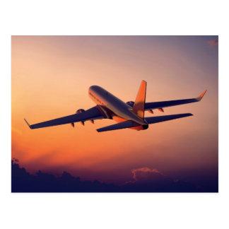 Vliegtuig die in de Zonsondergang vliegen Briefkaart
