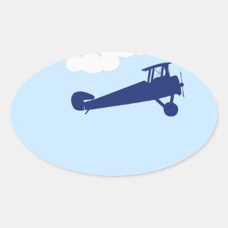 Vliegtuig op duidelijke pastelkleur blauwe ovaalvormige sticker