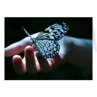 vlinder op hand notitiekaart