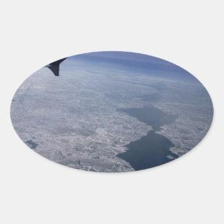 Vlucht over Bevroren Wateren Ovale Sticker