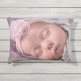Voeg de foto van uw baby aan dit Leuke Roze Buitenkussen